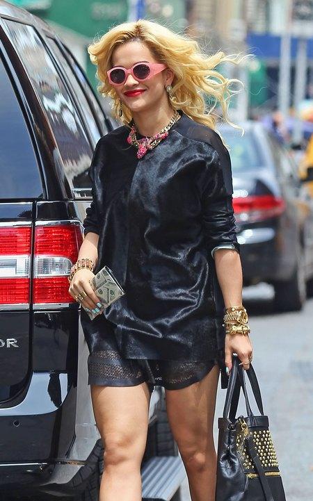 Rita Ora obwieszona gadżetami