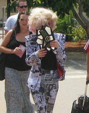 Lady GaGa w kostiumie z nagłówkami tabloidów (FOTO)