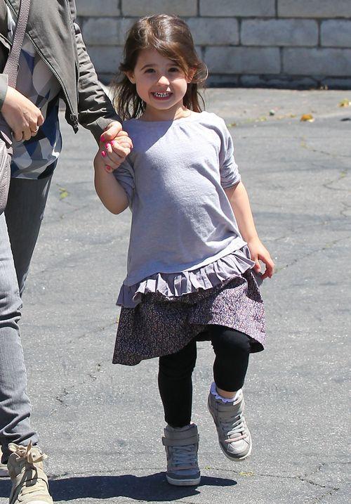 Czyją córeczką jest ta wesoła dziewczynka? (FOTO)