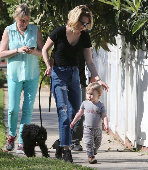 Mały Xander wyprowadza psa na spacer (FOTO)