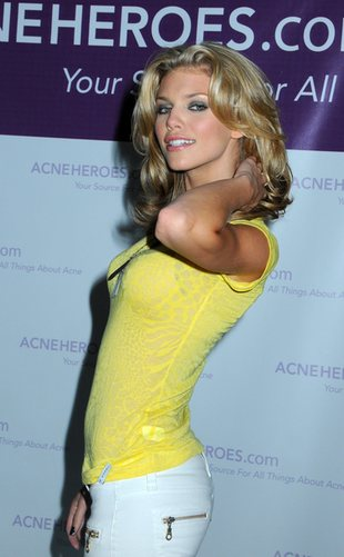 AnnaLynne McCord w seksownej sesji dla Cosmopolitan (FOTO)