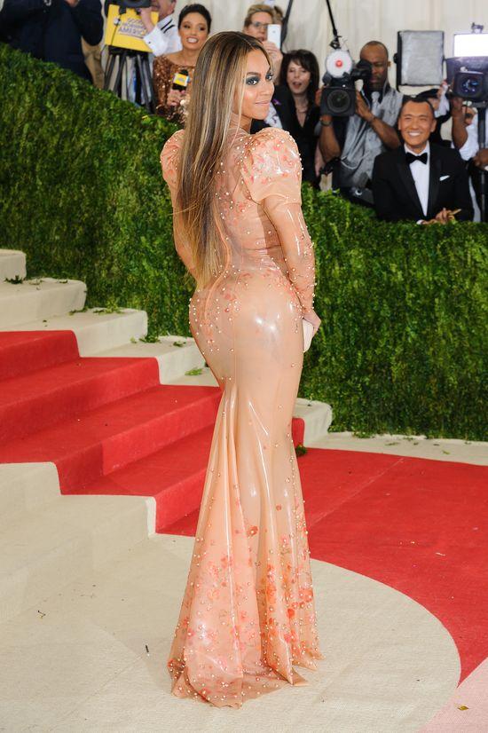 Beyonce w beżowej lateksowej sukni na gali MET 2016