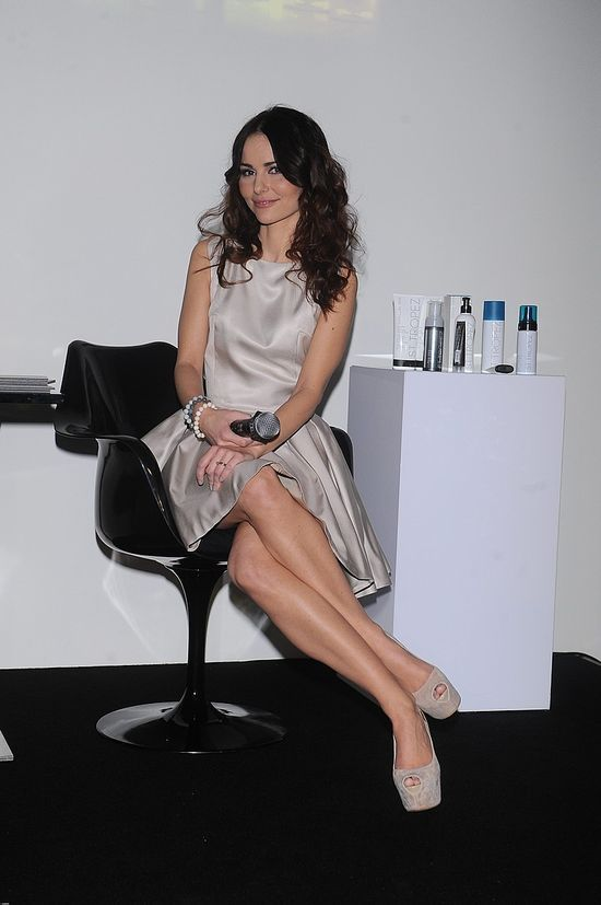 Dziewczęca Paulina Sykut w srebrnej sukience (FOTO)