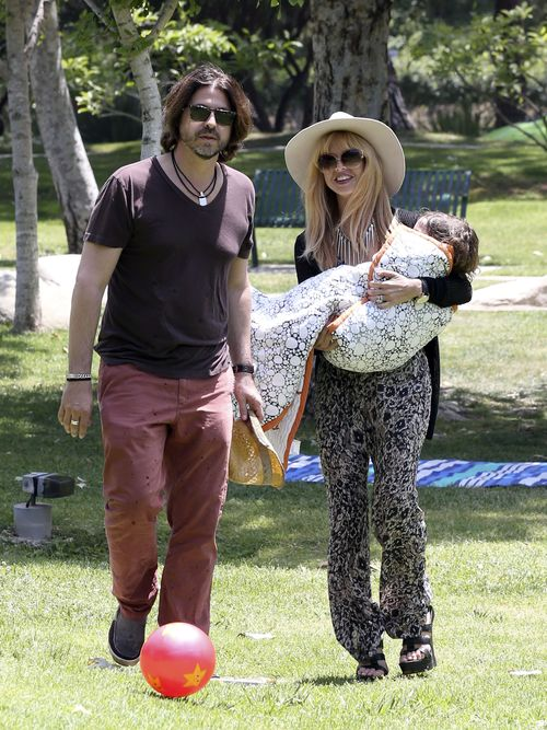 Rachel Zoe z synem i mężem w parku (FOTO)