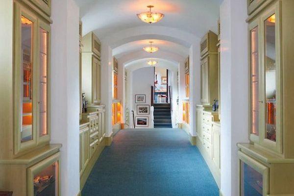 Dom Robina Williamsa, korytarz z niebieskim dywanem