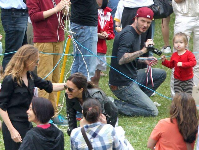 David Beckham na placu zabaw z córeczką.