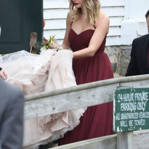 Taylor Swift w bordowej sukni