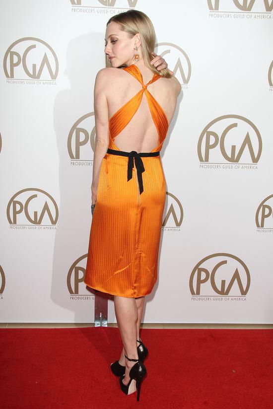 Amanda Seyfried odsłania plecy w pomarańczowej sukience