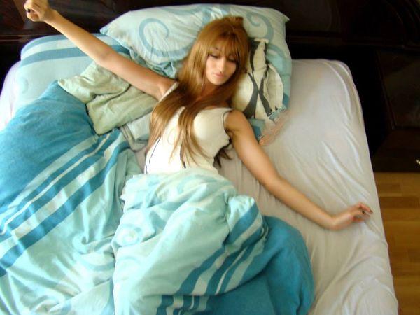 Jola Rutowicz bez makijażu pozuje w łóżku (FOTO)