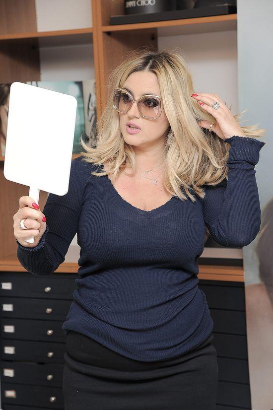 Karolina Szostak, okulary