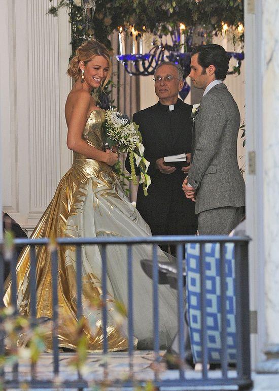 """Blake Lively na planie """"Plotkary"""" w złotej sukni ślubnej"""