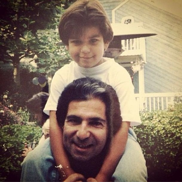 Przodkowie Kardashianek zarabiali na śmieciach! Dziadek Roberta Kardashiana, Tatos Kardashian, w 1910 roku założył niewielki biznes polegający na wywózce śmieci. Firma rozkręciła się na tyle, że pradziadek Kardashianek zbił na niej małą fortunę. Na zdjęciu Robert Kardashian z synem Robertem Juniorem.