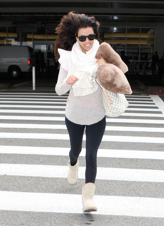 Eva Longoria w szarym swetrze i ze swoją ulubioną poduszką