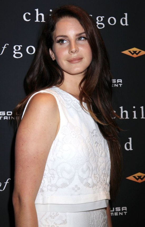 Lana Del Rey w białej sukience