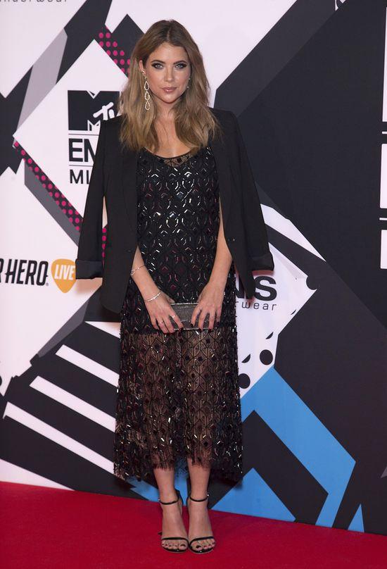 Ashley Benson w czarnej, cekinowej sukni na imprezie MTV EMA 2015