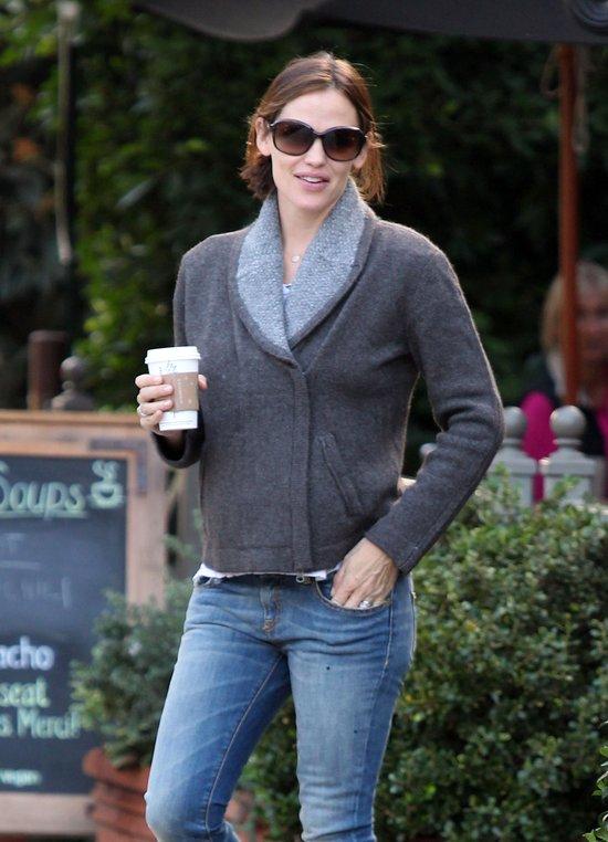 Jennifer Garner w szarym płaszczu i okularach przeciwsłonecznych