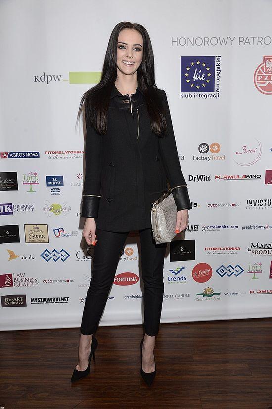 Marcela Leszczak w czarnym komplecie, kwiecień 2014. Wygląda jak upiór?