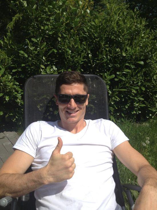 Lewandowski relaksuje się przed meczem (FOTO)