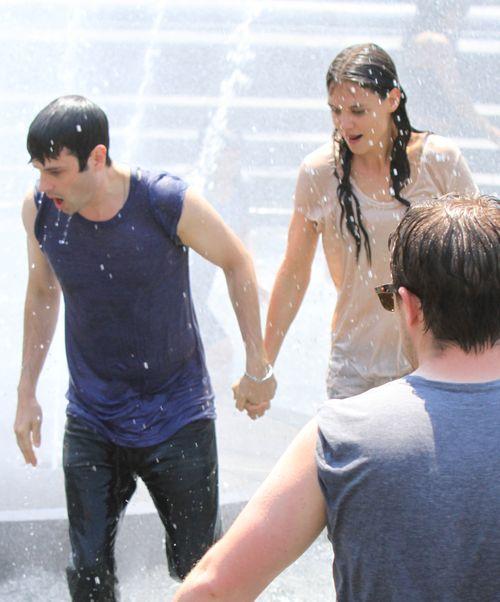 Roześmiana Holmes szaleje z chłopakiem w fontannie (FOTO)