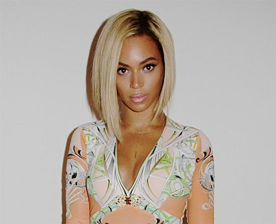 Beyonce chowa kr�tk� fryzur� pod peruk� (FOTO)
