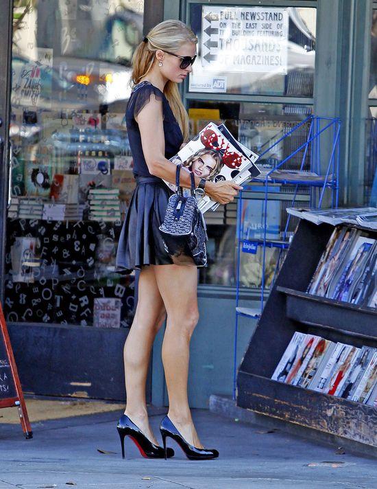 Paris Hilton szuka w gazetach jakiejś wzmianki o sobie