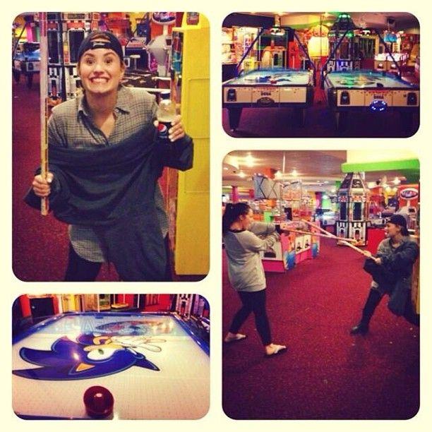 Demi Lovato szaleje w salonie gier (FOTO)