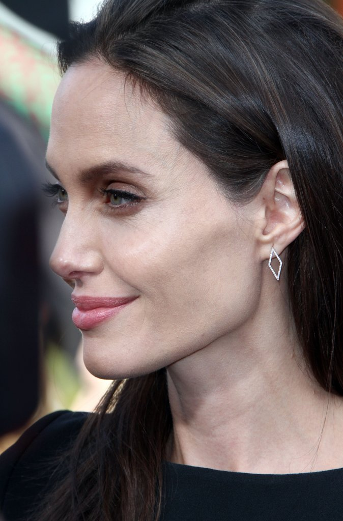 Według informatorów serwisu, batalia sądowa o opiekę nad dziećmi mocno daje się we znaki aktorce. Jolie żyje w stresie, który stara się odreagować w najgorszy z możliwych sposobów.