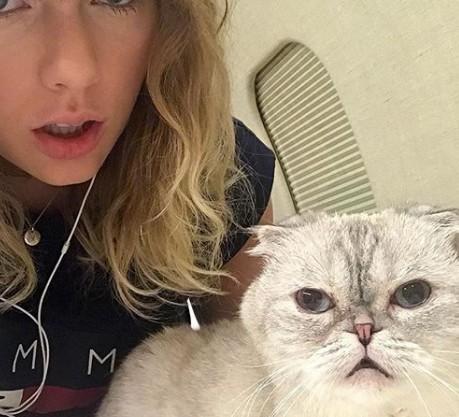 Przyznajcie się, ilu z Was odkryło, że Taylor ukrywa ciążowy brzuszek?