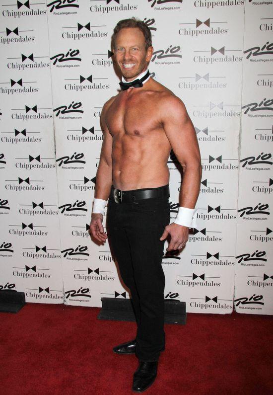 Gwiazda Beverly Hills 90210 debiutuje jako Chippendales