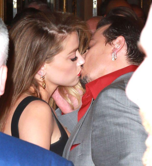 """Johnny Depp i Amber Heard zbliżyli się do siebie na planie filmu """"Dziennik zakrapiany rumem""""."""