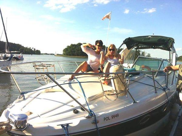Paulla z półnagim mężem odpoczywa na łodzi (FOTO)