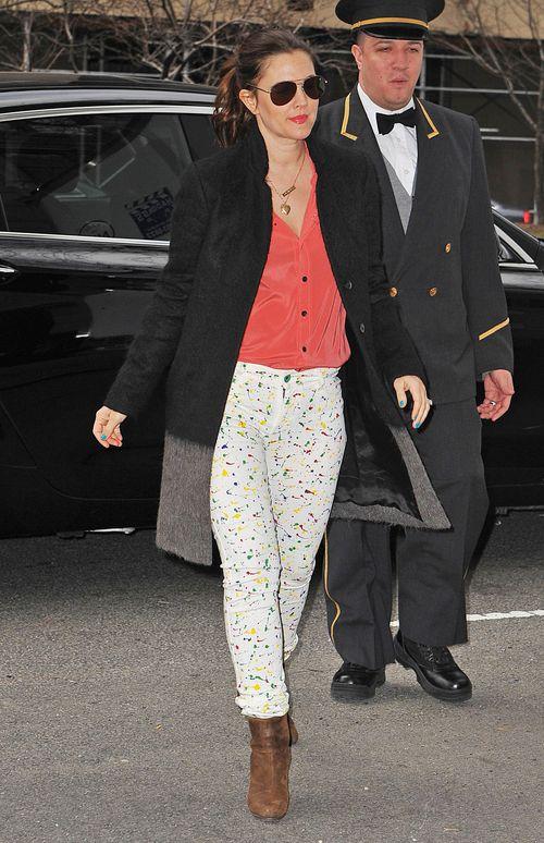 Drew Barrymore, kolorowe spodnie