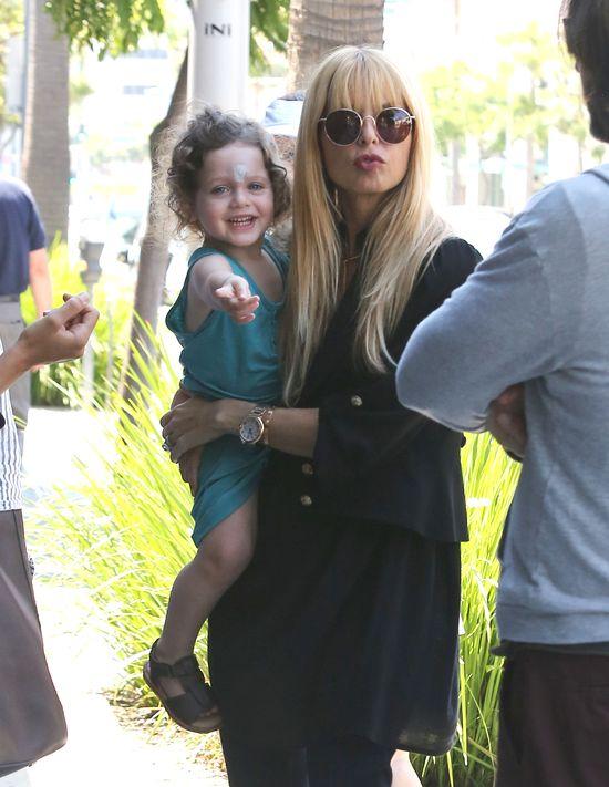 Ciężarna Rachel Zoe z synkiem na spacerze (FOTO)