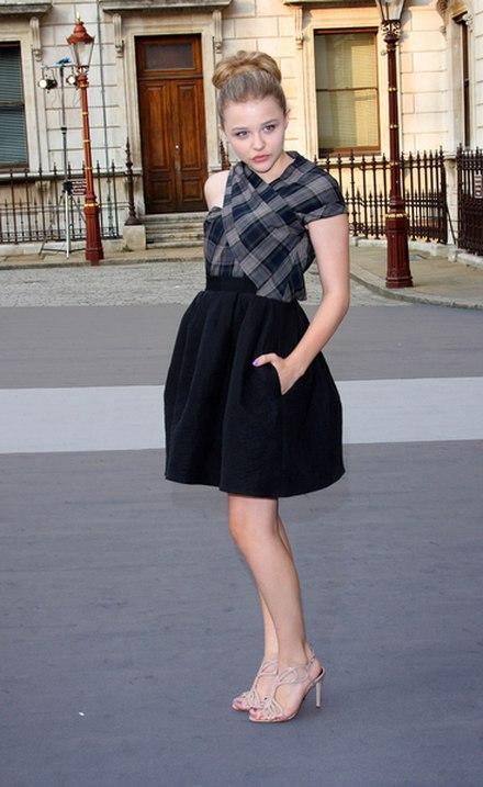 Chloe Moretz w czarnej, rozkloszowanej sp�dnicy