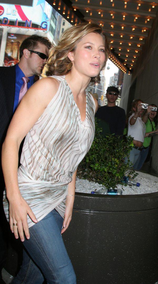 Jessica Biel na imprezie MTV w 2006 roku. Gwiazda w dżinsach i srebrnym topie.
