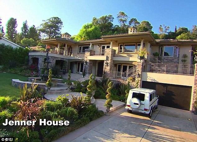 Oglądaliście choć jeden odcinek rodzinnego show Kardashianów, Keeping Up With The Kardashians? Jeśli tak, z pewnością kojarzycie dom, który podpisywany jest jako rezydencja Kris Jenner (61 .).