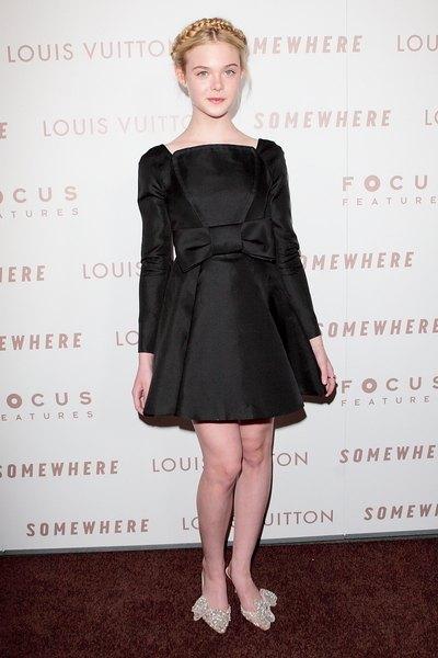 Elle Fanning, czarna sukienka