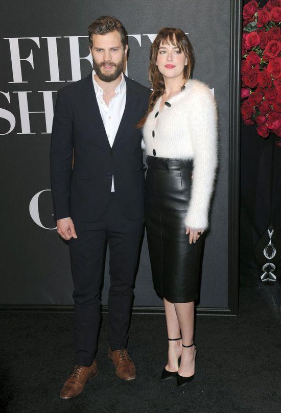 Dakota Johnson i Jamie Dornan obejmują się na salonach