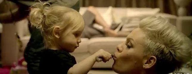 Pink w teledysku z córeczką i mężem – True Love (VIDEO)