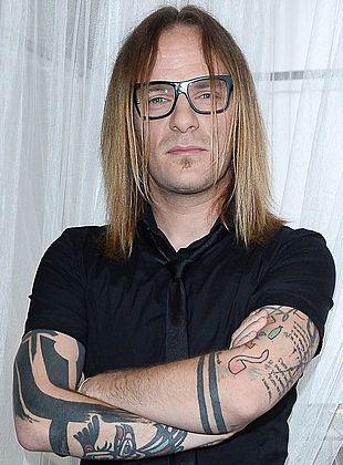 Który polski muzyk ma takie tatuaże na rękach? (FOTO)