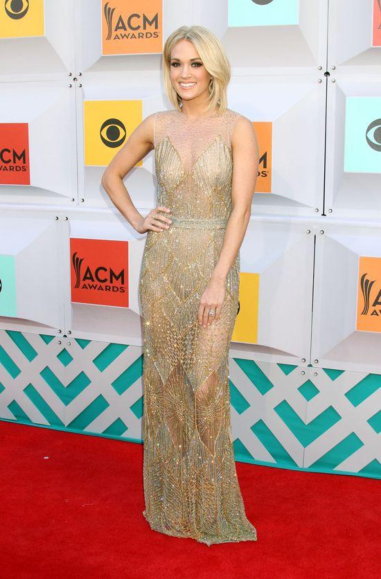 Carrie Underwood ćwiczy tabatę - czyli zestaw ćwiczeń złożonych z pompek, przysiadów i sit-upów.