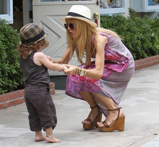Stylowa mama w za ma�ych butach, synek boso (FOTO)