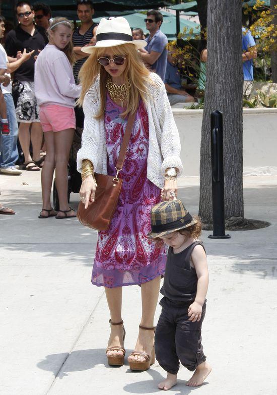 Stylowa mama w za małych butach, synek boso (FOTO)