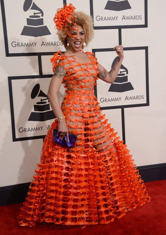Joy Villa w sukni z pomarańczowej siatki