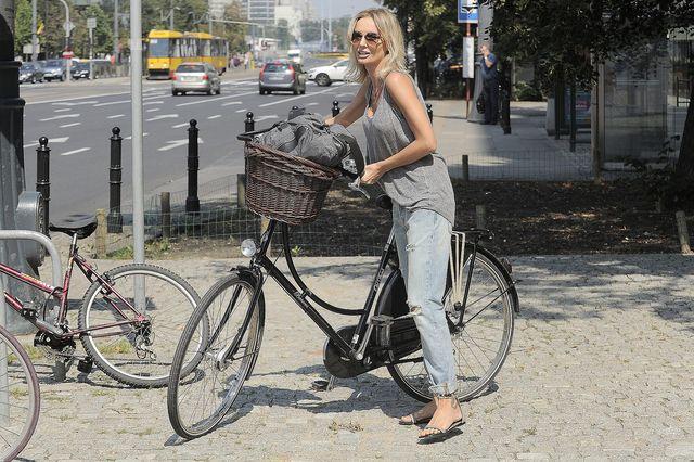 Agnieszka Szulim na rowerze dojeżdża do pracy.