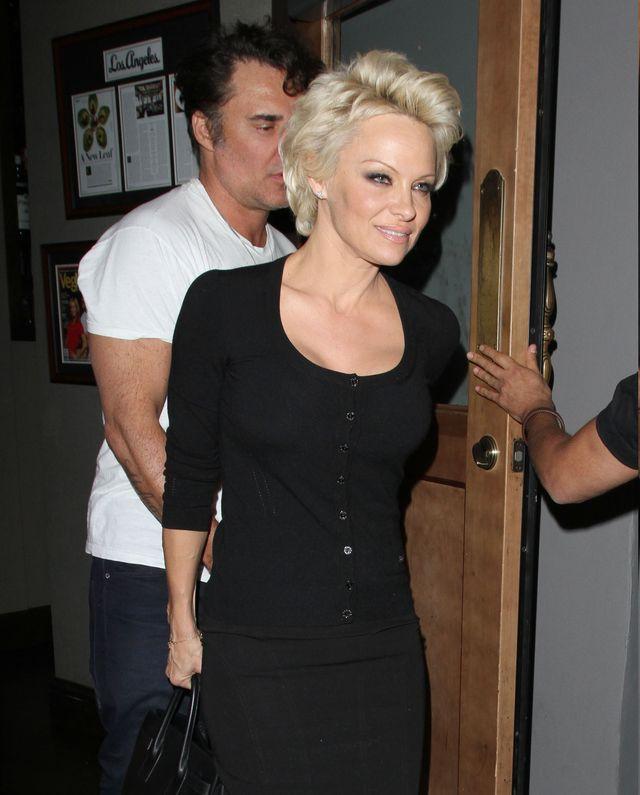 Pamela Anderson w małej czarnej na kolacji z nieznajomym mężczyzną