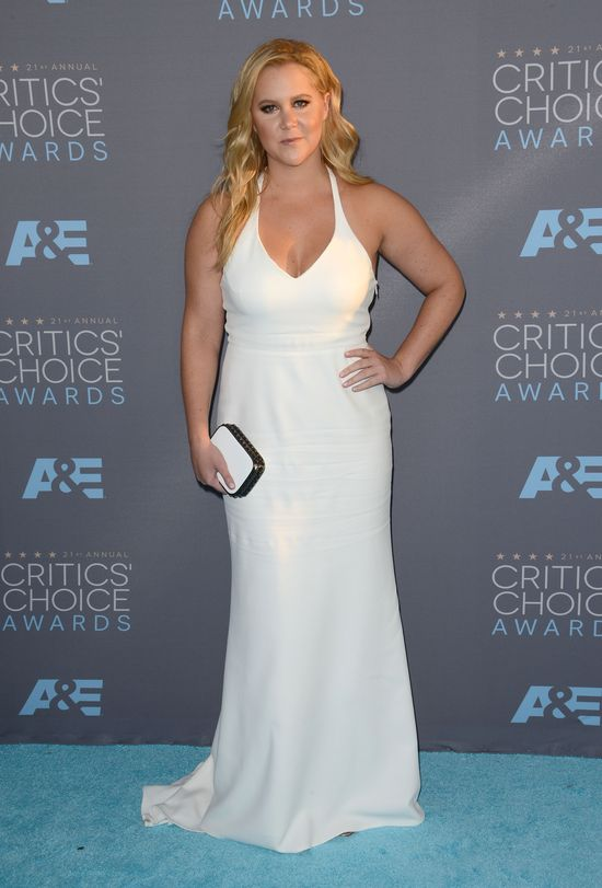 Amy Schumer w białej sukni na rozdaniu Critics Choice Awards