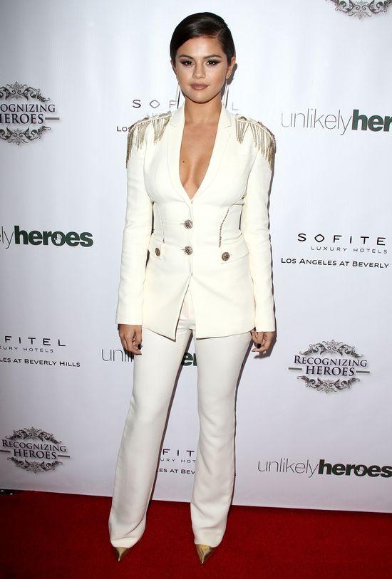 Selena Gomez, marynarka,dekolt