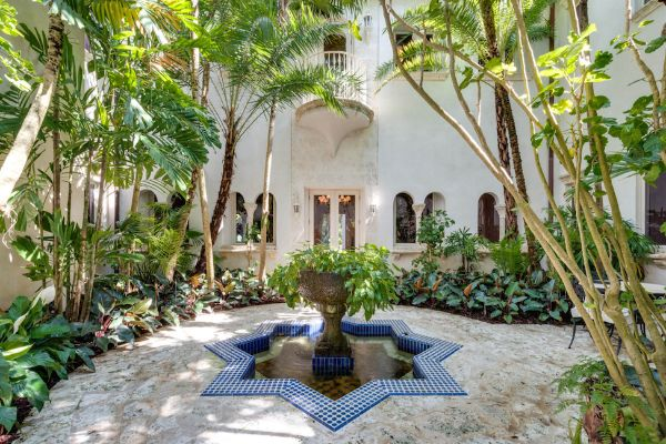 W 2001 roku Lenny Kravitz kupił rezydencję w Miami.