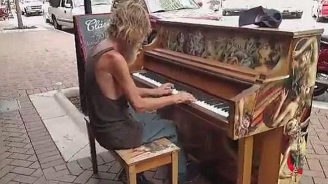 Bezdomny podchodzi do pianina, siada i… SZOK! (VIDEO)